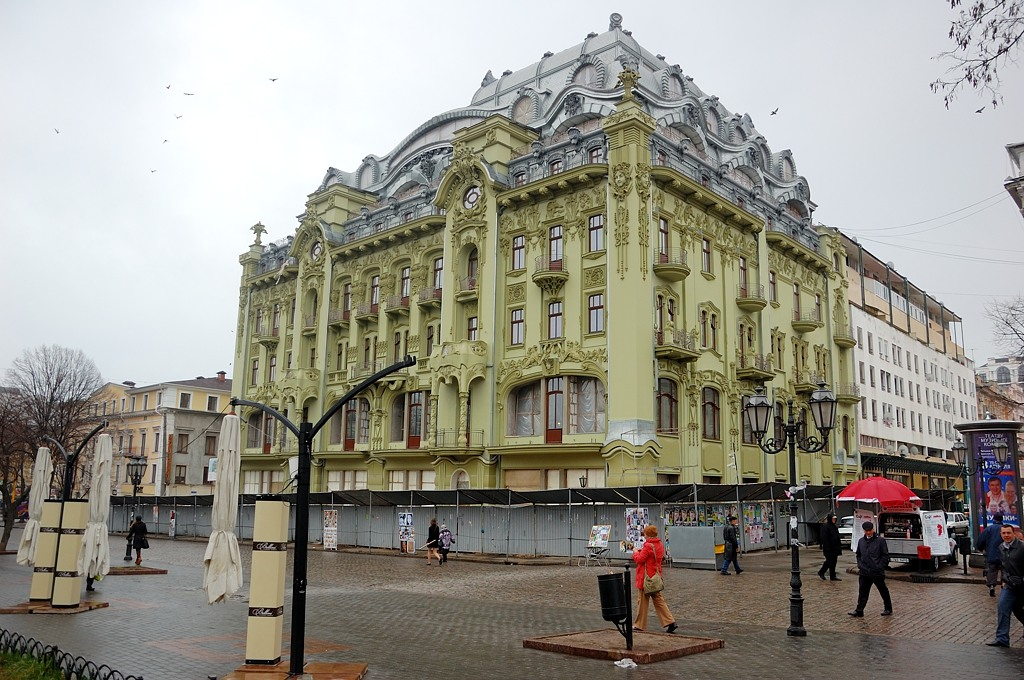 Гостиница Большая Московская. Как говорят местные, была разрушена, а затем типа отреставрирована за огромные деньги.