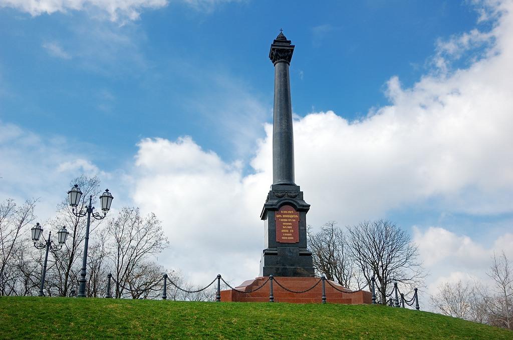 Памятник в честь царя, заложившего парк имени себя