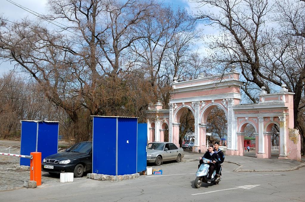 У ворот парка Шевченко