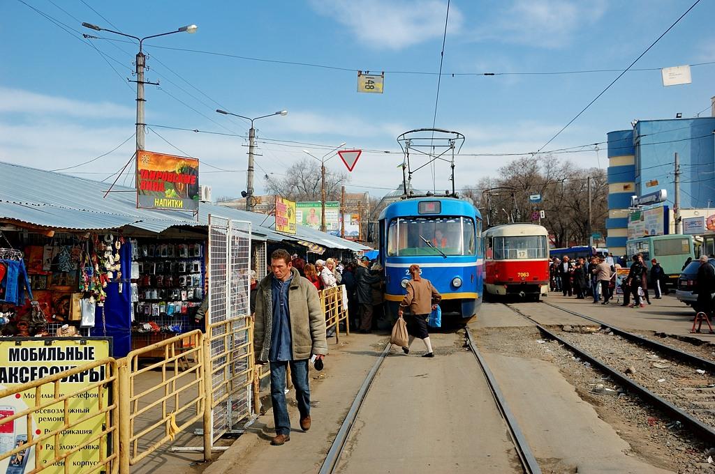 Мимо Привоза идут трамваи