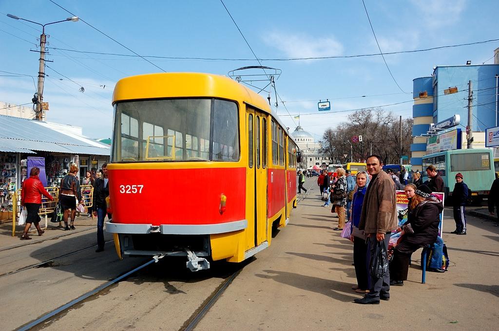 На трамвайной остановке у Привоза