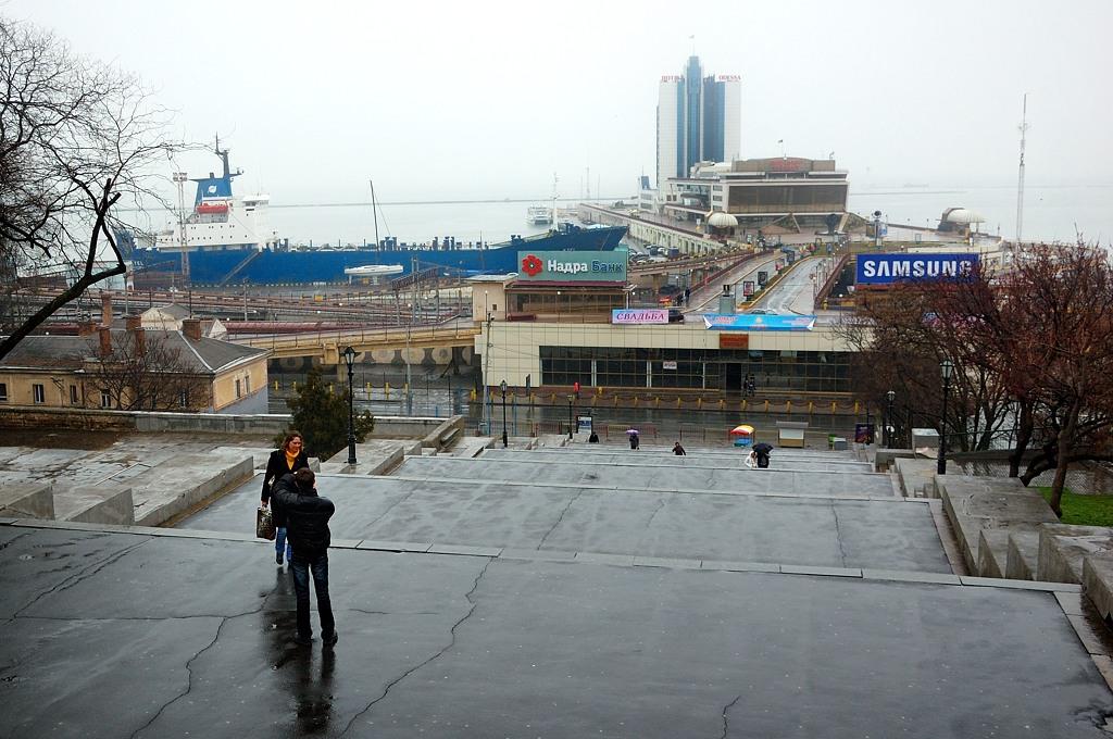 Вид сверху Потемкинской лестницы как-то не впечатляет. Особенно реклама Надра-Банк и SAMSUNG