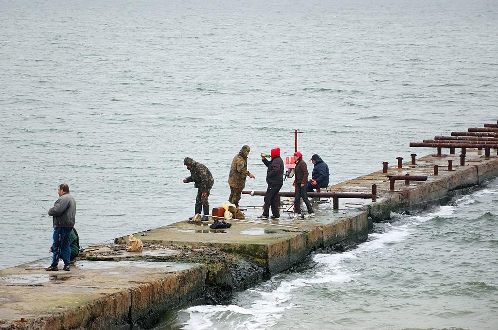 Мужик в красном капюшоне тоже рыбачит :)