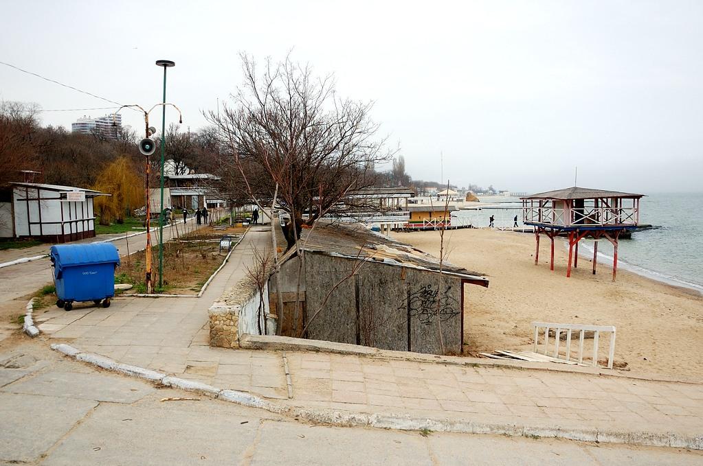 Примерно так выглядит одесский пляж в начале апреля