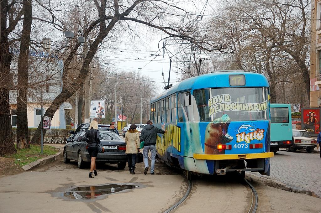 А трамваи все едут и едут в дельфинарий