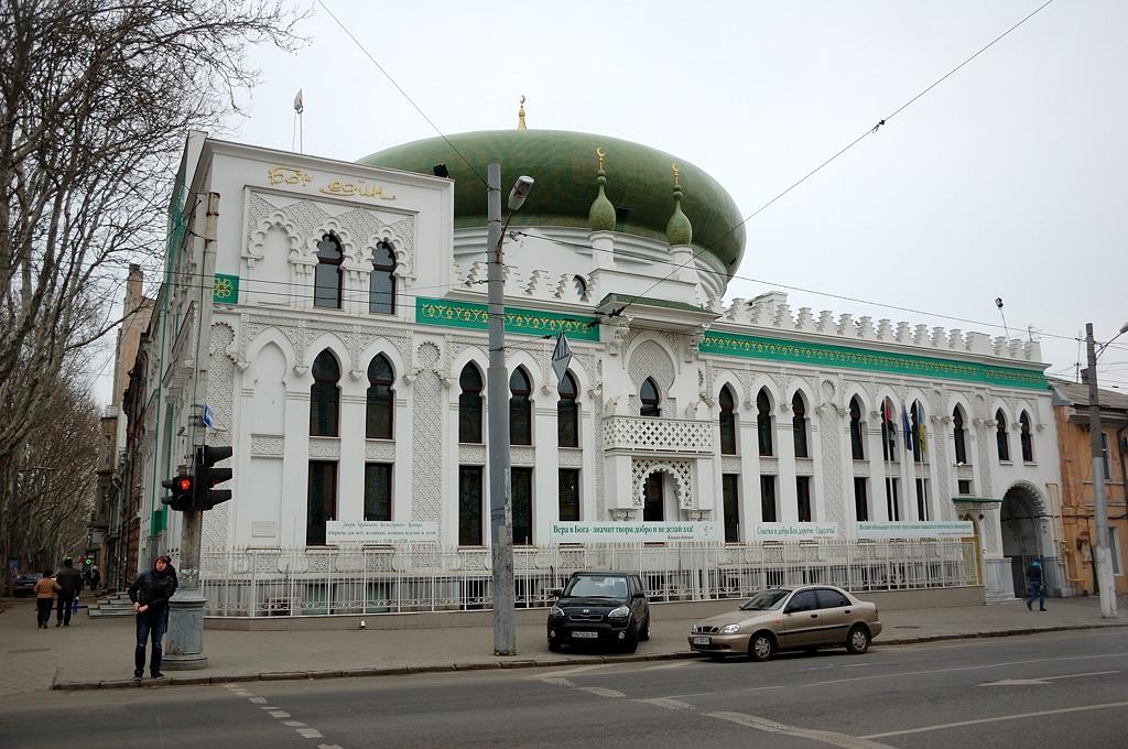 """Здание оригинальной архитектуры с надписью """"Бог един"""", стилизованной под арабское письмо. Это оказался культурный центр Иордании, если не ошибаюсь"""