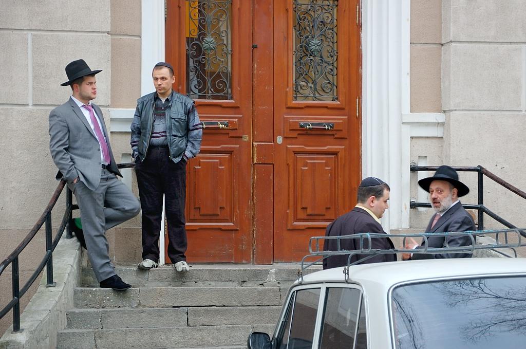 У входа в главную Одесскую синагогу. Еврей справа явно что-то заподозрил :)