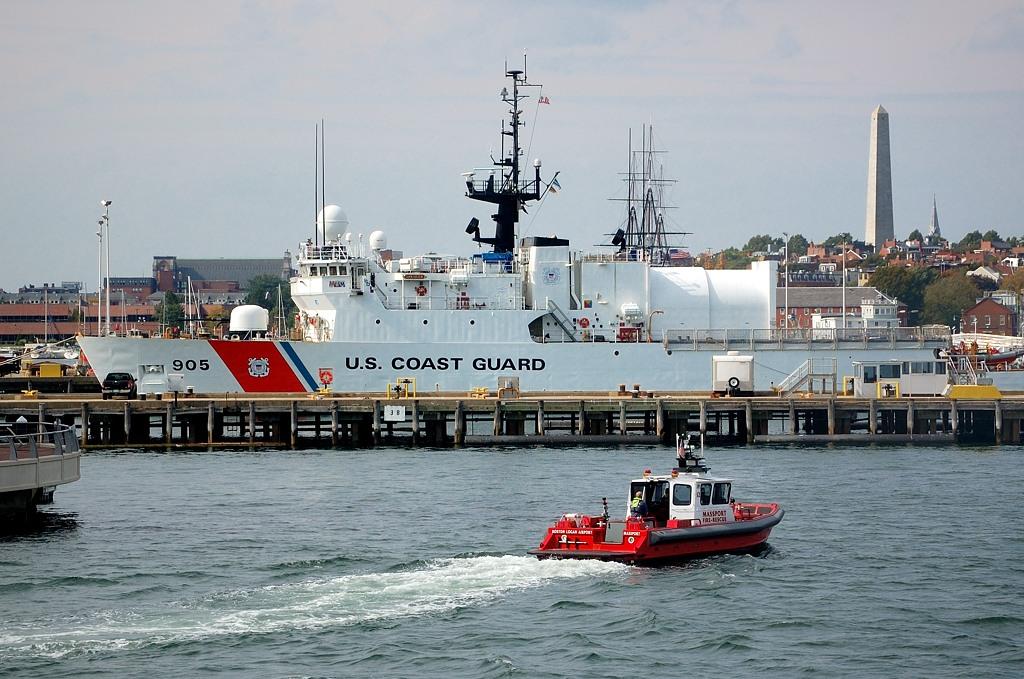 Корабль береговой охраны. На заднем плане монумент Bunker Hill