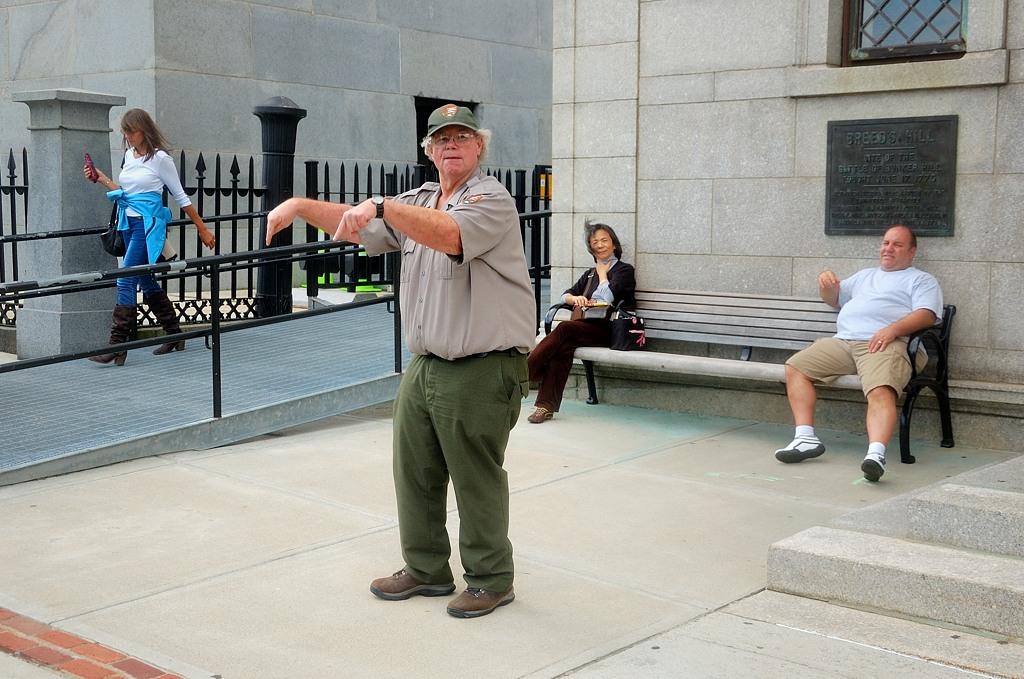 Парковый рейнджер рассказывает туристам о подвигах американских колонистов