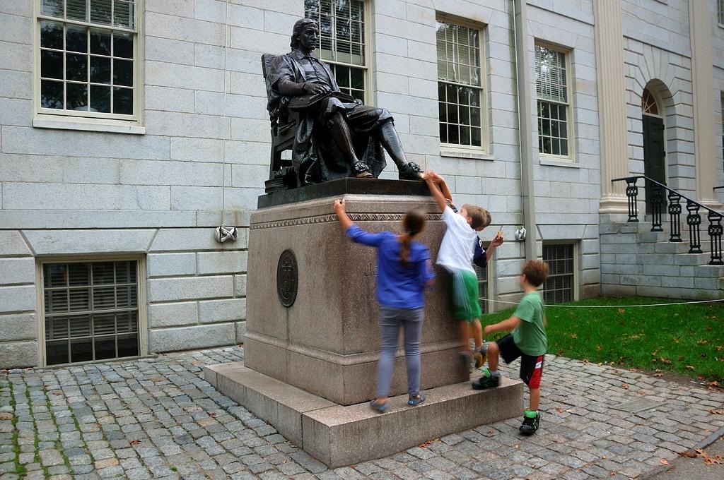 Памятник Джону Гарварду, основавшему университет в 1638 году. Ну типа ;)