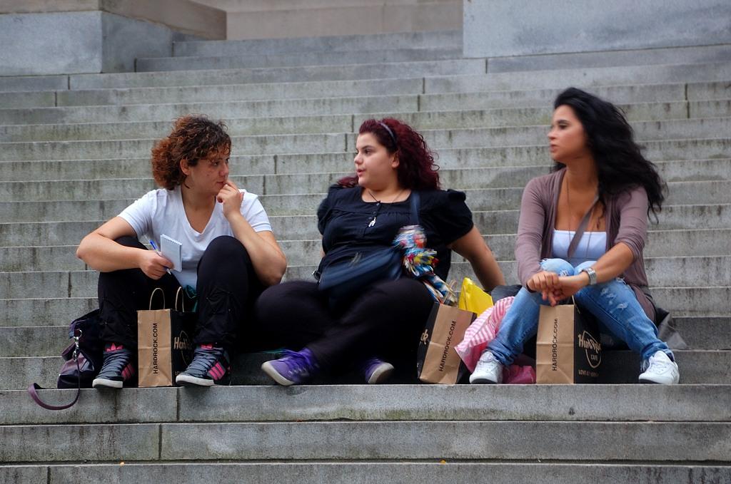Девушки на ступеньках библиотеки