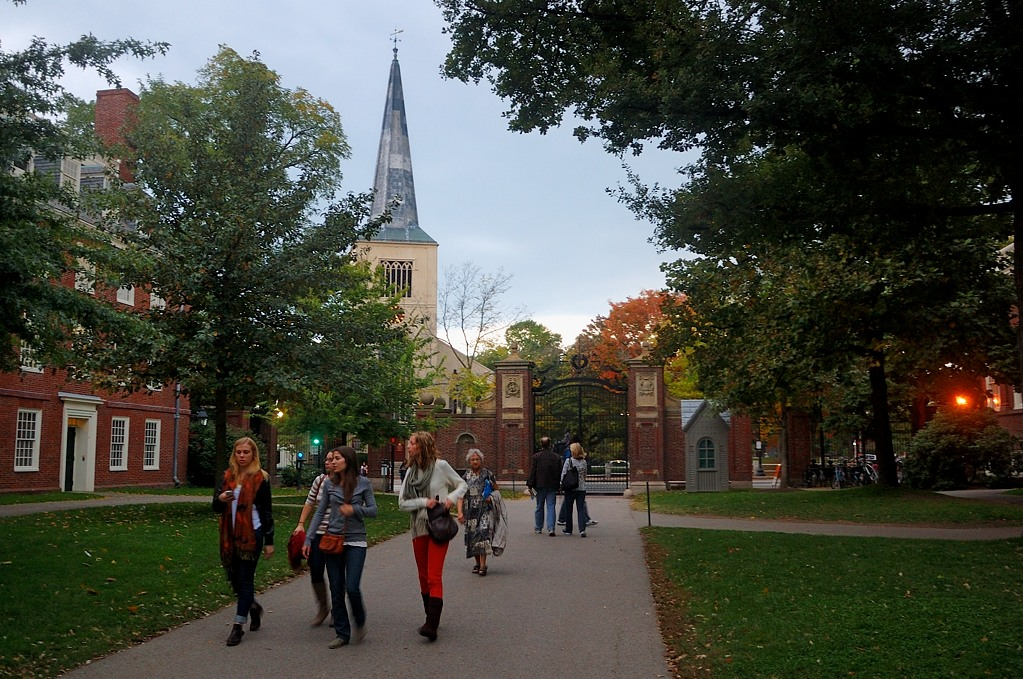 У входа в кампус. На заднем плане церковь First Parish in Cambridge