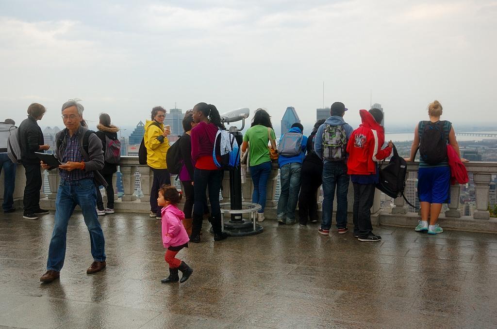 Туристы на смотровой площадке, возвышающейся над Монреалем