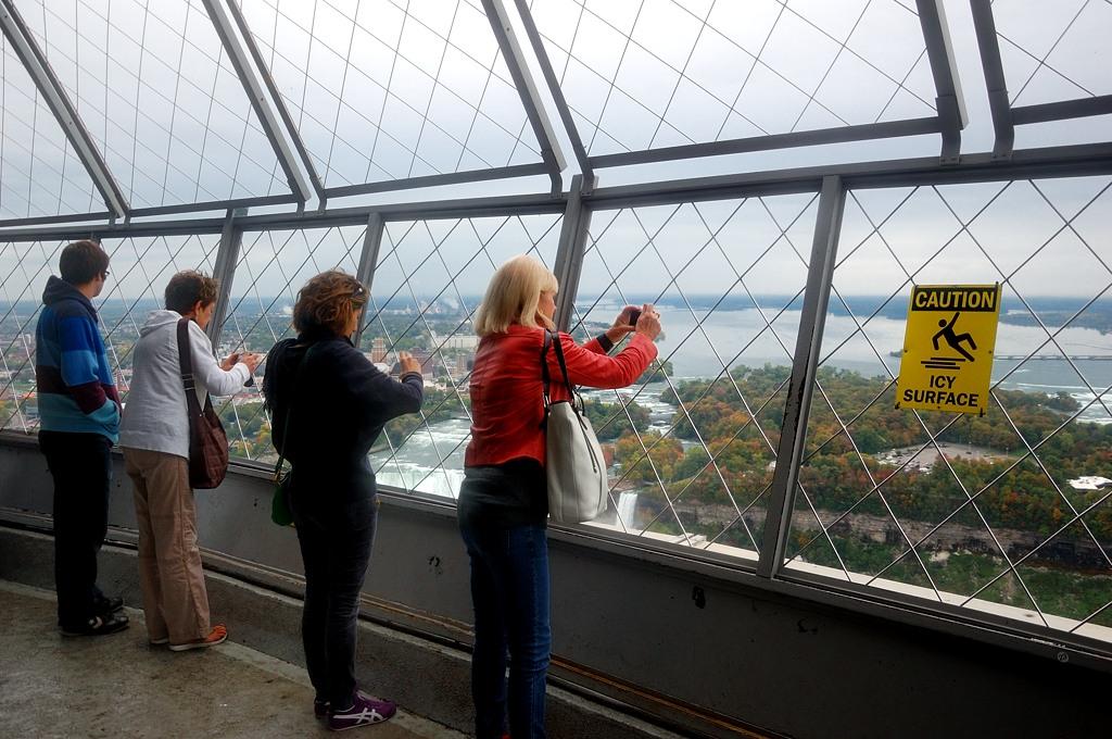 Смотровая площадка на башне открытая, так что стекло не мешает