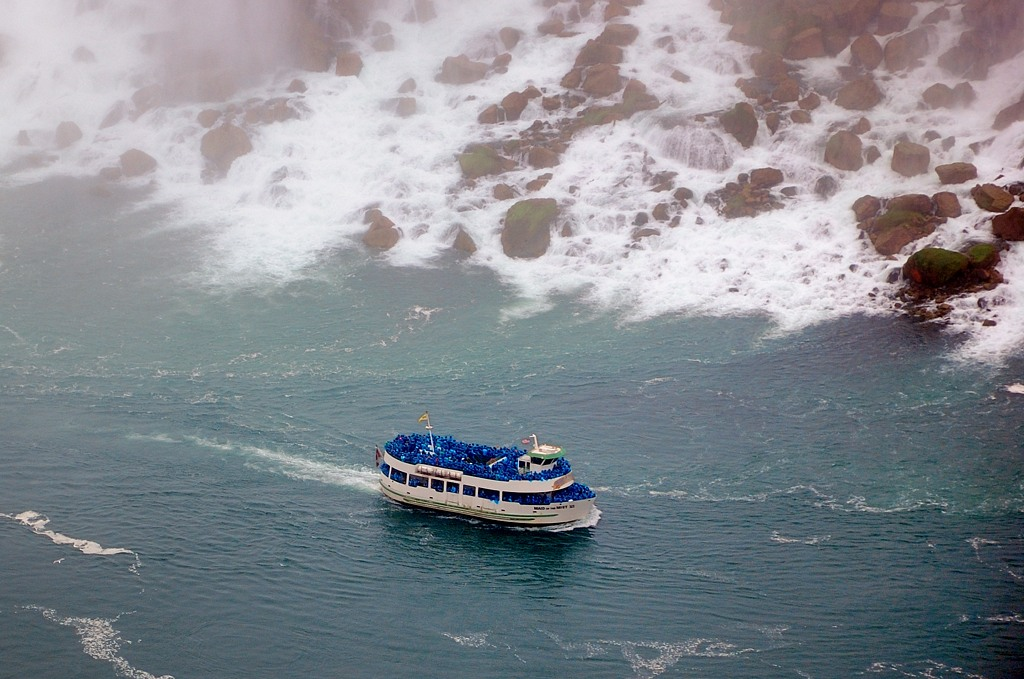 Туристы мокнут на кораблике Maid of the Myst