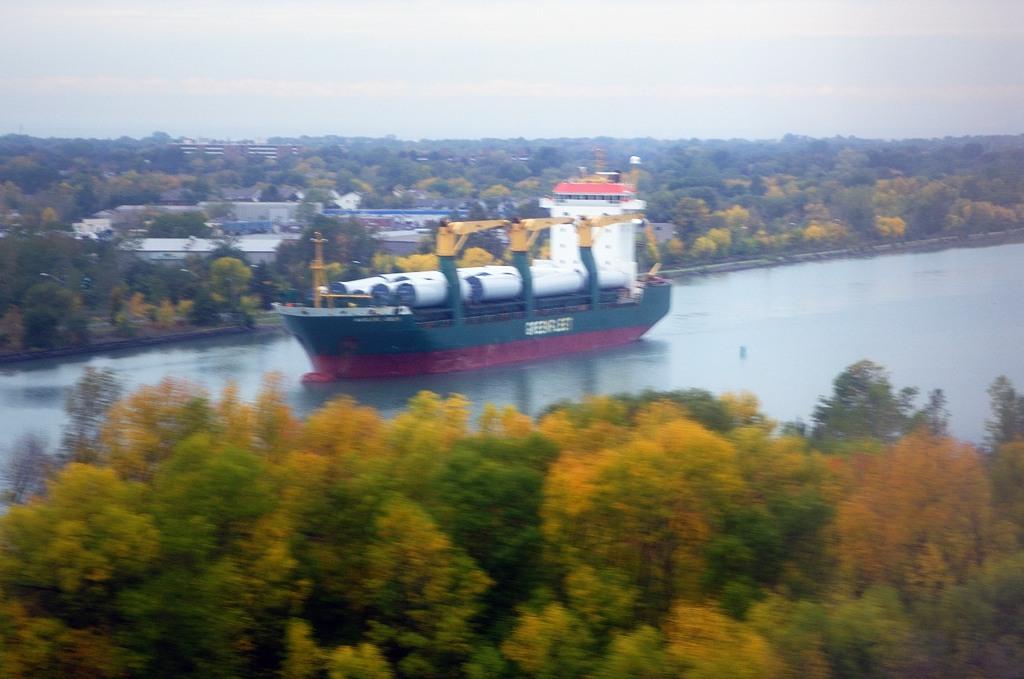 В обход водопада идет канал со шлюзами, чтобы грузовые суда могли пройти между Великими Озерами
