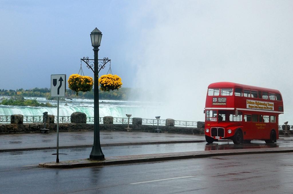 А это двухэтажный автобус у водопада