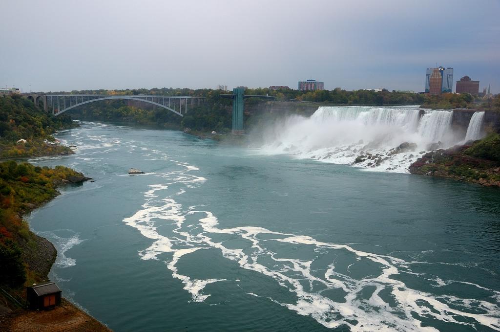 Вид на американский водопад и Мост Дружбы между Канадой и США