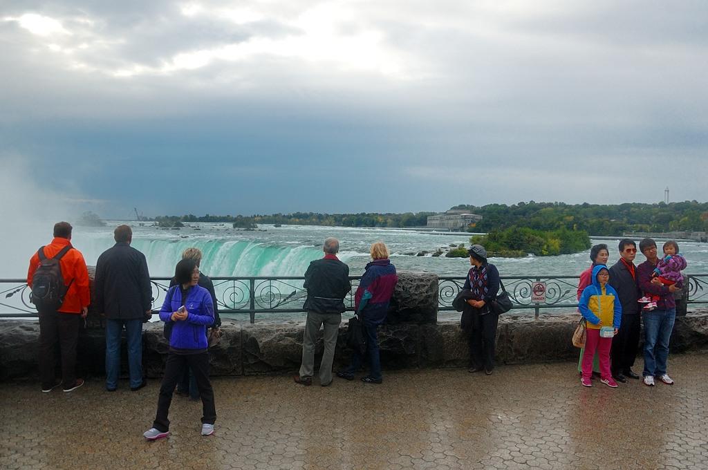 Публика у водопада