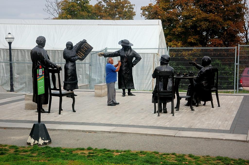 """Памятник """"Знаменитой пятерке"""", боровшейся за избирательные права женщин"""