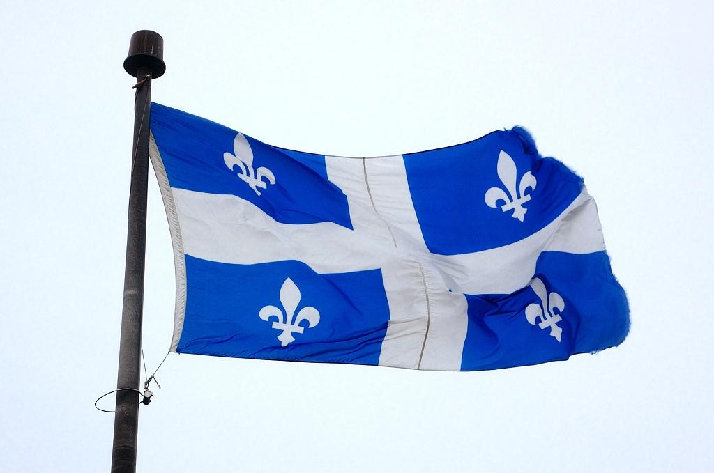 Квебекский флаг с французскими лилиями