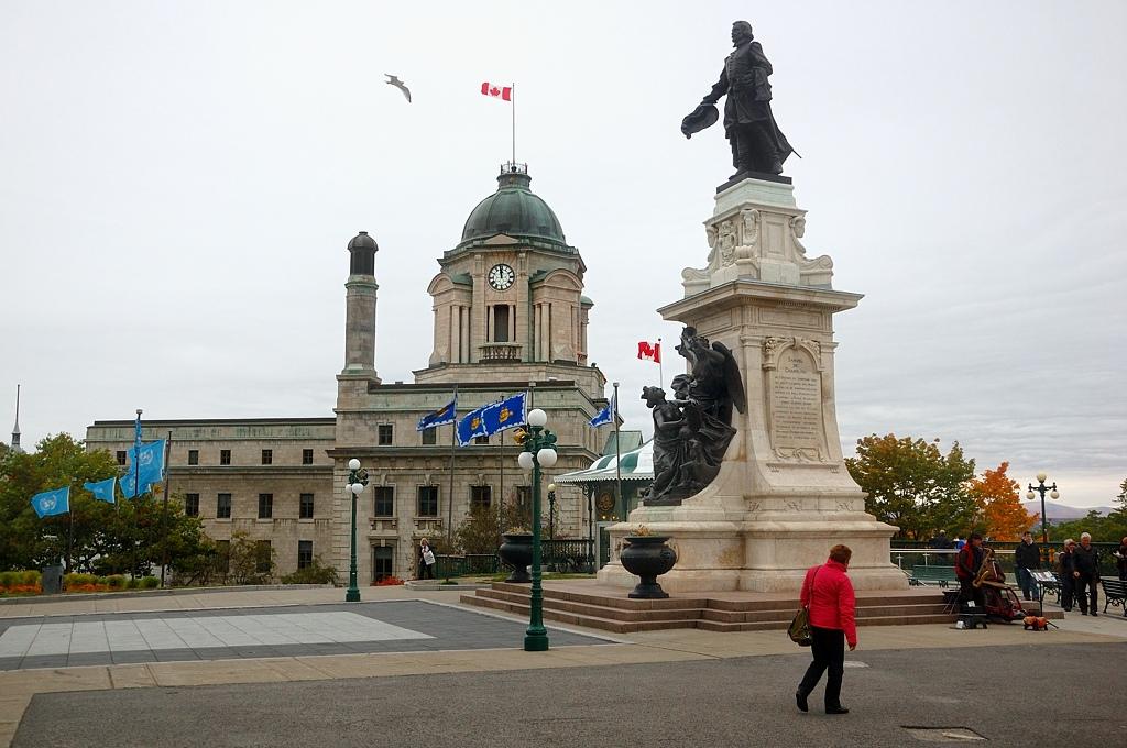Памятник Самуэлю де Шамплену, основателю Квебека. Дворец на заднем плане - Почта Канады