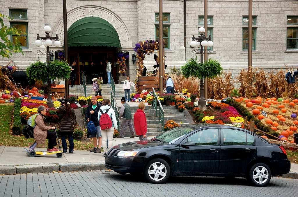 Тыквы у входа в Отель-де-Виль (на самом деле, как и в Париже, никакой не отель, а мэрия)