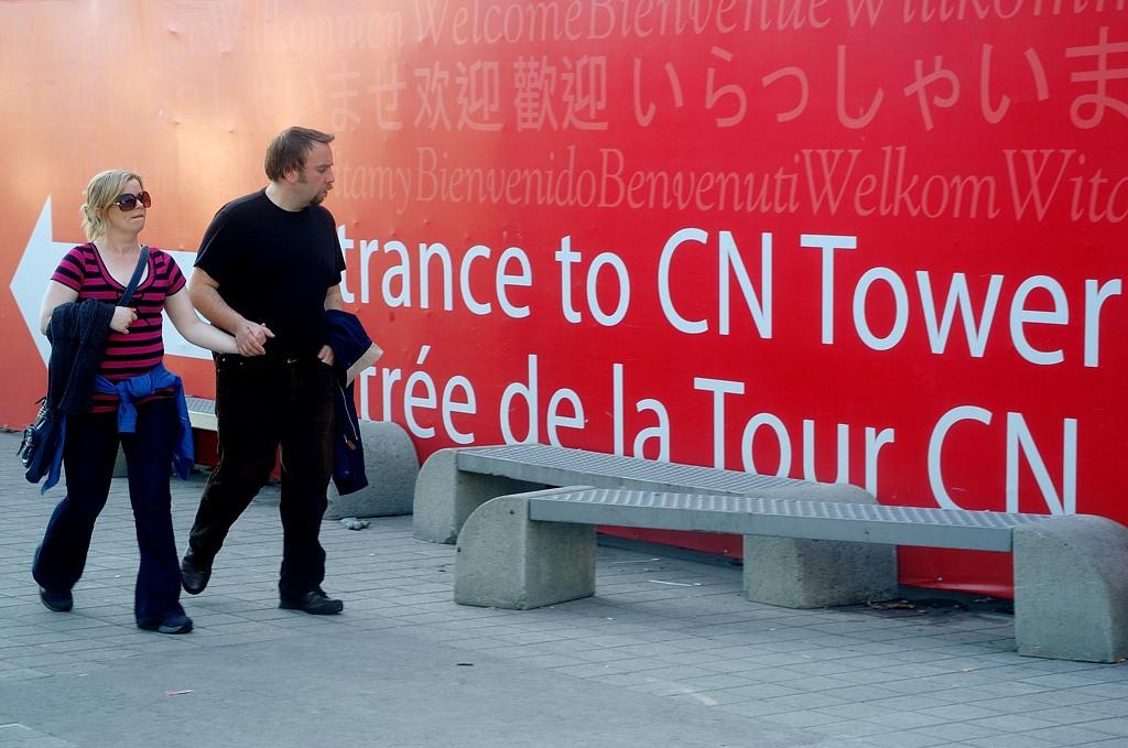 У входа на телебашнб CN Tower
