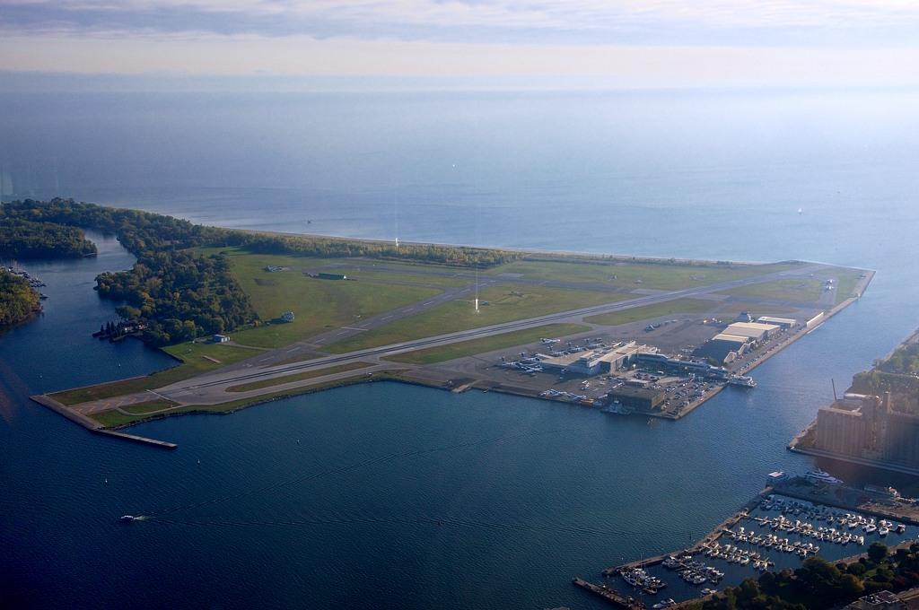 Местный аэропорт Торонто, с которого летают винтовые самолеты