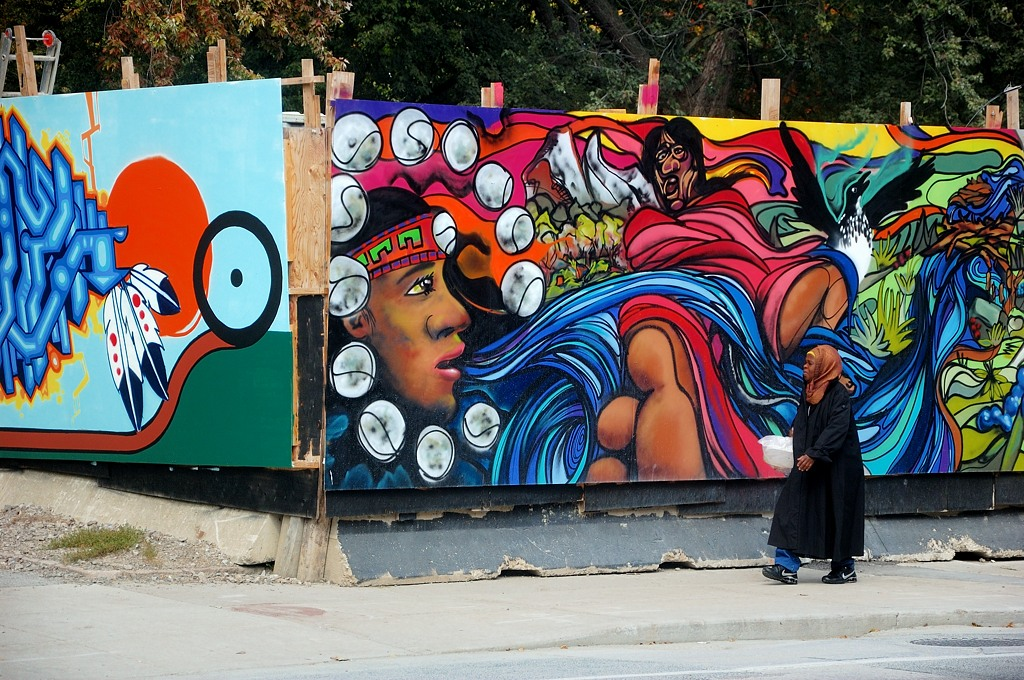 Типичная местная жительница ;) на фоне граффити