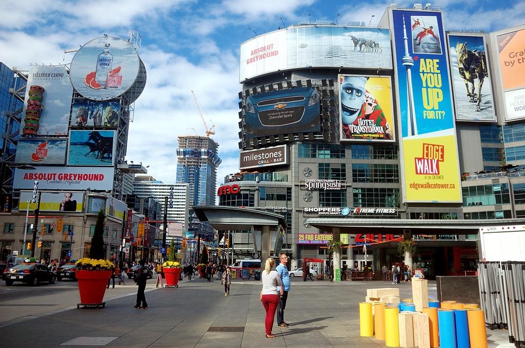 На площади Yonge-Dundas Square