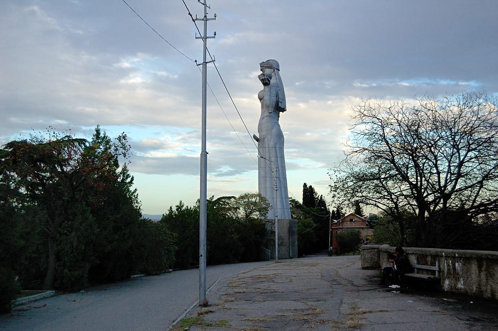 Тбилиси. Статуя женщины на горе. Или не женщины? :)
