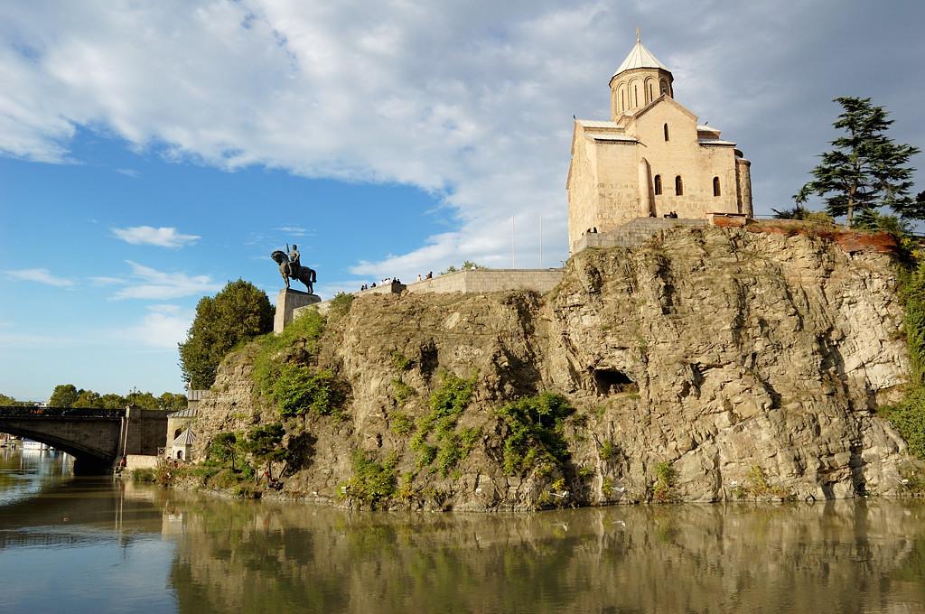 Тбилиси. Церковь Метехи и памятник Вахтангу Горгасали