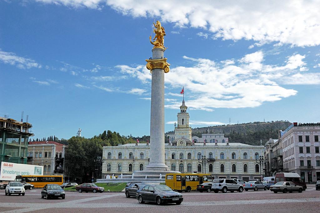 Площадь Тависуплебис (Свободы) с колонной Георгия Победоносца