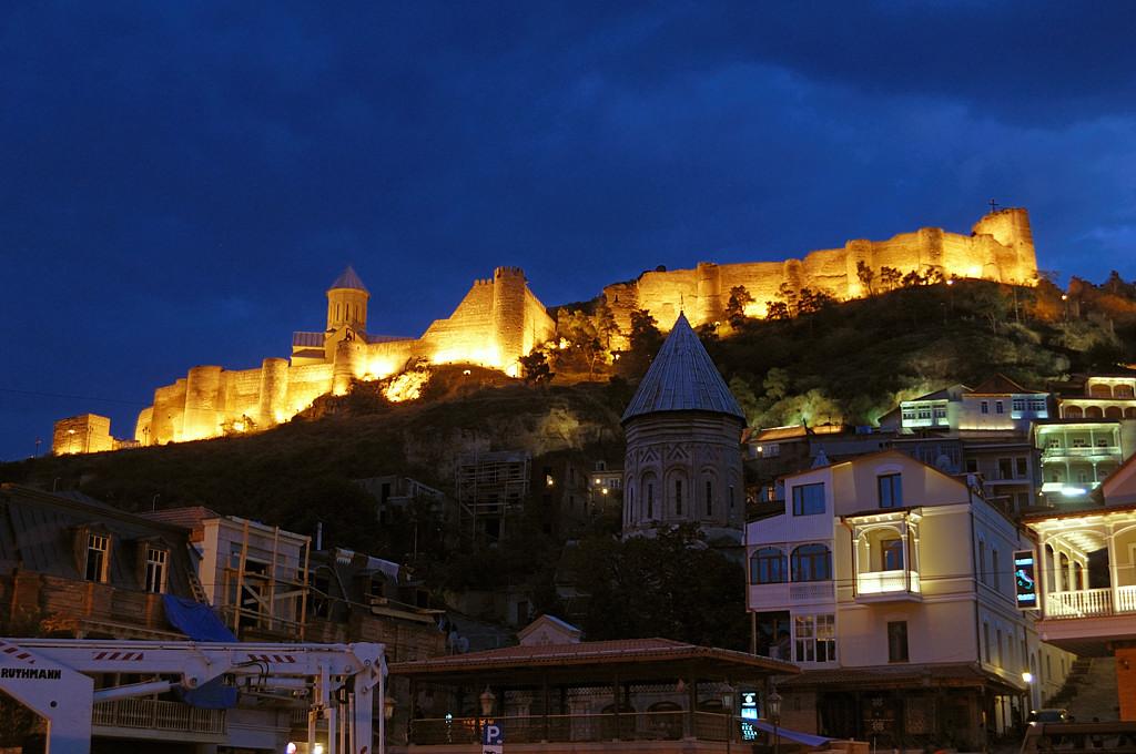 Крепость Нарикала ночью