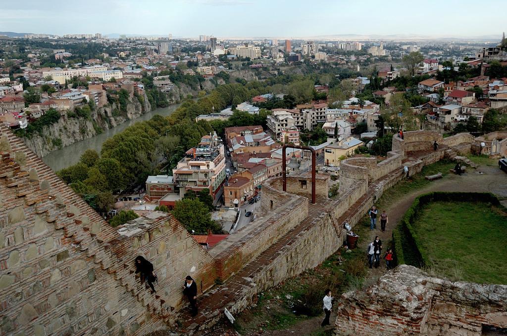 Народ взбирается по стенам крепости