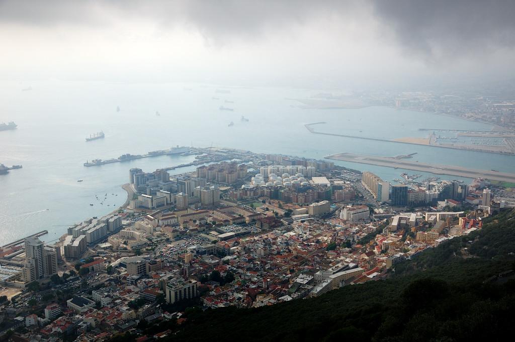 Вид на город сверху. Вон там и аэропорт виден