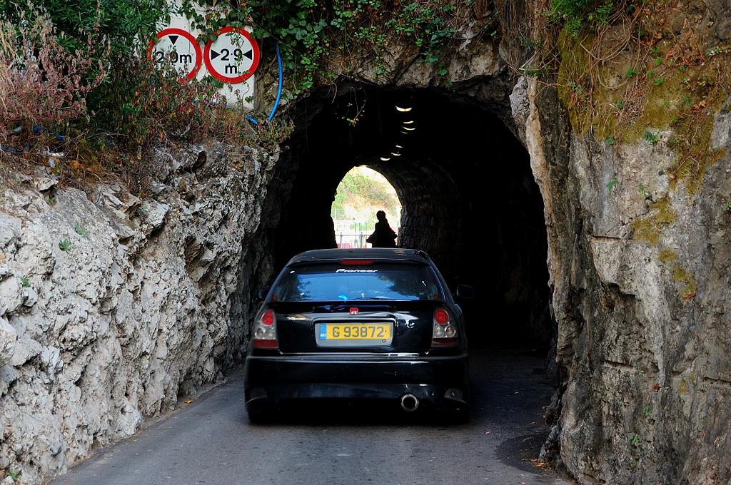 По-моему, автобус в такой тоннель не пройдет