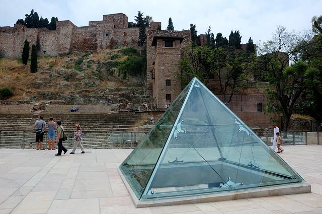 Перед крепостью стоит стеклянная пирамида