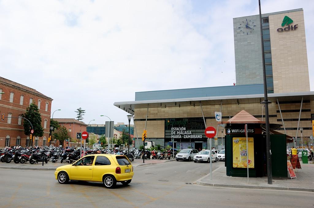 У вокзала Maria Zambrano