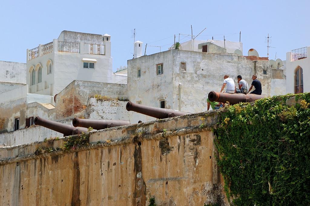 А вот эти парни на крепостной стене, увидев туриста, стали бросаться камнями