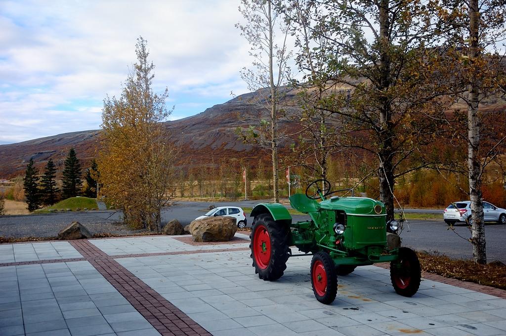 Рядом с туристическим центром стоит трактор