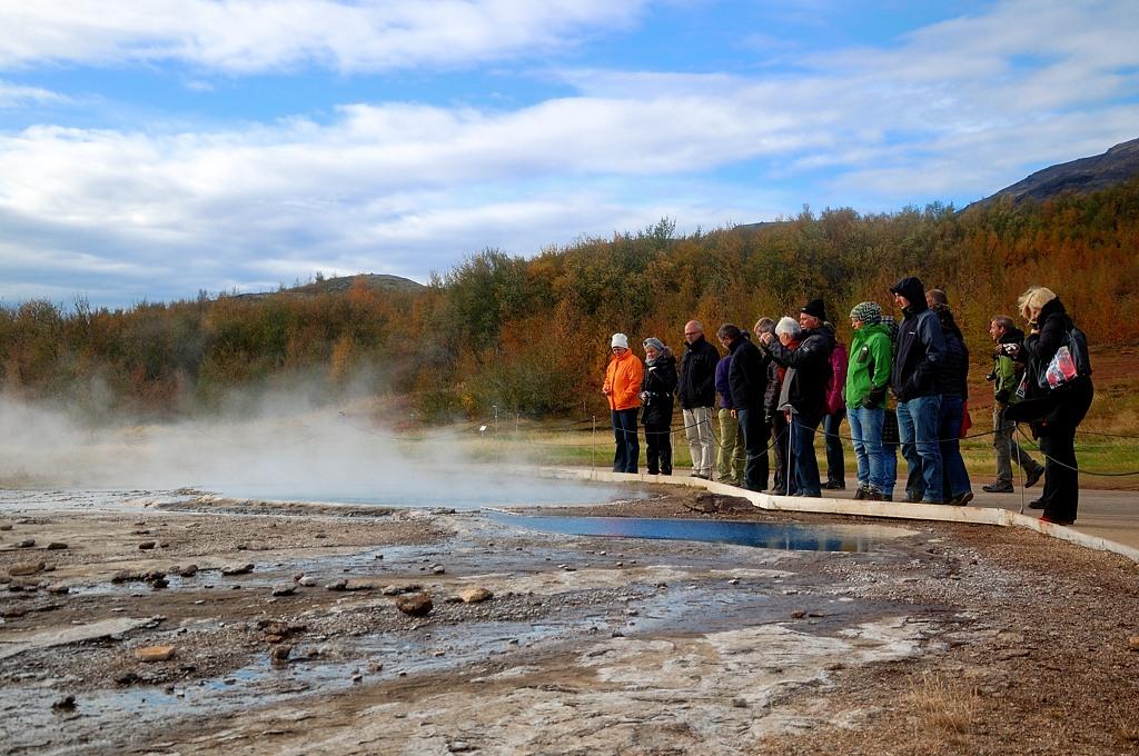 Народ снова ждет извержения Строккура