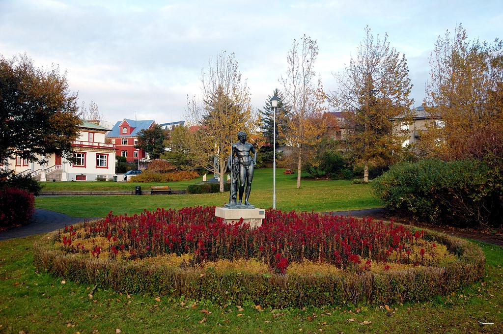 В парке Hallargarðurinn