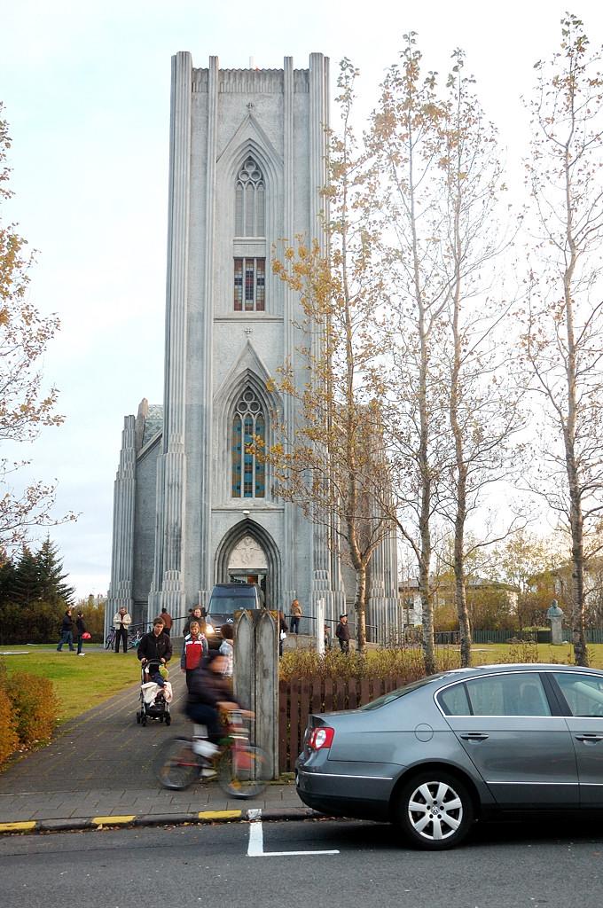 У церкви Landakotskirkja