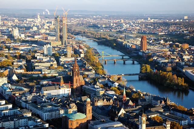 Вид на центр Франкфурта с башни Майн-тауэр