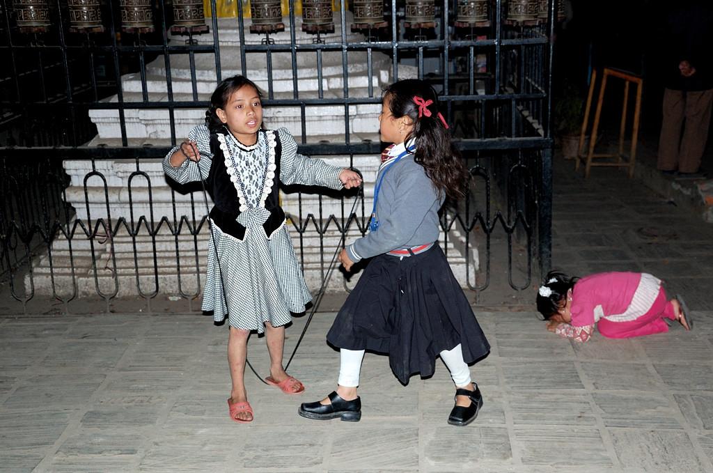 Две девочки играют. Третья, маленькая - плачет