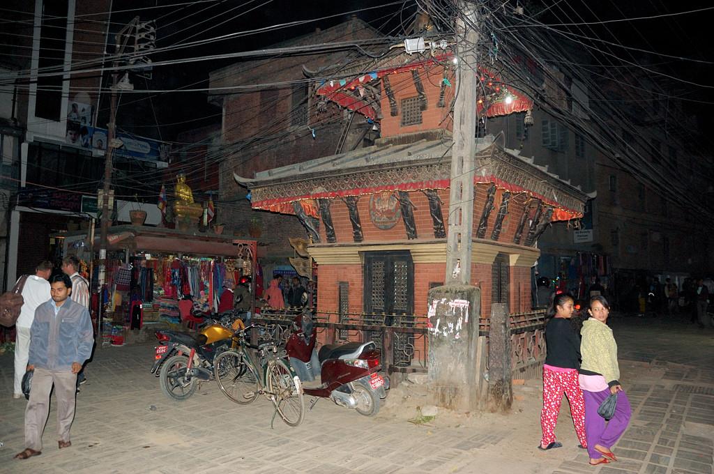 Повсюду в Катманду вот такие строения