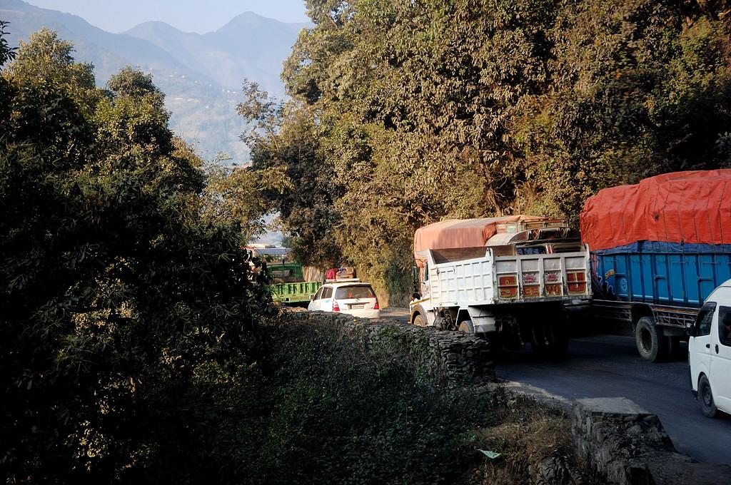 Дорога из Катманду в Покхару так себе. Серпантины, пробки, грузовики фирмы Тата