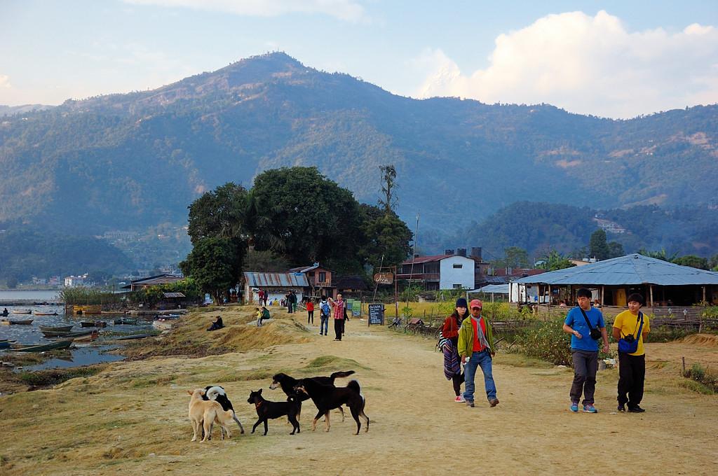 Гуляющие туристы. И тут за горами мы увидели Мачапучаре